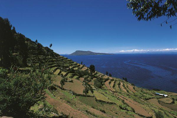 Vista a la Isla Amantani desde la Isla Taquile - Puno